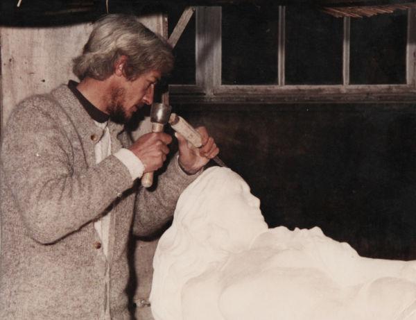 la sculpteur crée un gisant