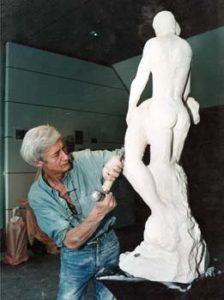 """Démonstration de sculpture devant les visiteurs. Ici, le sculpteur travaille """"L'Adolescence Crucifiée"""""""