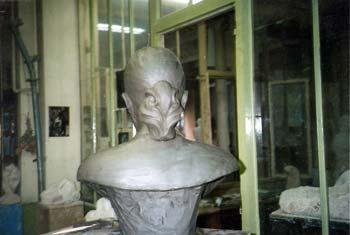 Le buste, vu de dos : les détails des cheveux sont aussi représentés.