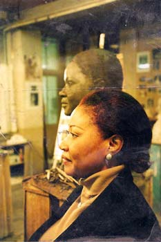 Mme Gankou en séance de pose pour son buste en bronze