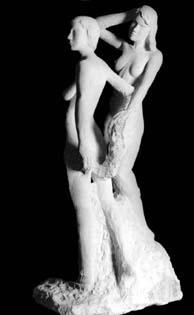 Deux statues dans un groupe en pierre :