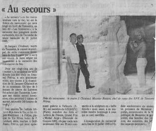 Un article de Var-Matin lors de la création du Monument. Sur la photo, de gauche à droite : M. Chibaut, maire de Tanneron, M. Maurice Bottero, chef de corps des SPV de Tanneron, et le Sculpteur Pétrus.