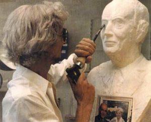 La création du buste en taille directe par le Sculpteur Pétrus