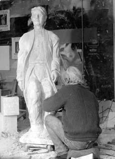 Une statue en pied en costume.