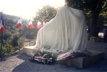 Le Monument la veille de l'inauguration, encore caché aux regards du public.