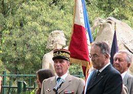 M. Sylvain Buzenet, maire de Claviers et le General Texeraud