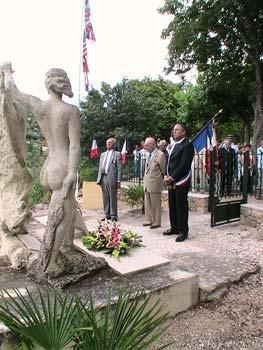 Un moment de recueillement devant le monument