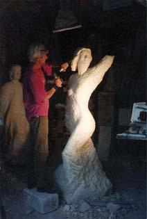 Le sculpteur met son art au service du Monument de la Résistance. En arrière plan : la statue en pierre de Christophe Busagno