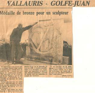 La stèle commémorative à la mémoire des Marins péris en mer Article de presse - 1986