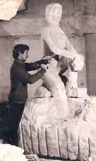Photo : Olivier Pouillard, Studio Véronique (La Ferté Macé, Orne) L'artiste sculpte en taille directe une oeuvre monumentale
