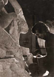 Photo : Olivier Pouillard, Studio Véronique (La Ferté Macé, Orne) Le sculpteur détaille les pieds du monument