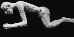 1970 - Modelage d'une sculpture en hommage aux prisonniers de Rawa-Ruska