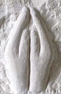 Les mains jointes pour une prière à Paulette Duhalde Détail de la stèle