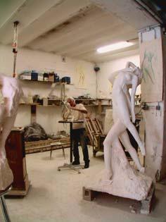 """Dans son atelier niçois, l'artiste sculpte les détails de sa """"Genèse"""""""