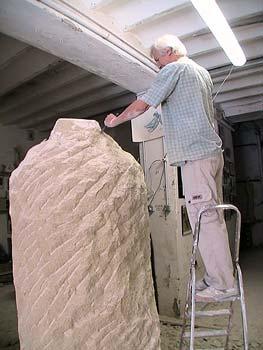 L'artiste recherche d'abord le volume de la tête de la statue