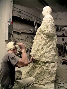 Une vue différente du corps de la statue