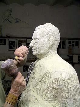 Le sculpteur taille les yeux de la statue