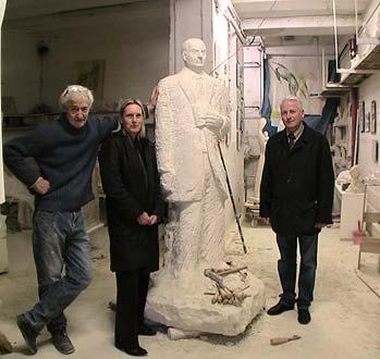 M. et Mme Couturier, devant la statue de M. Jean Moreau Décembre 2008