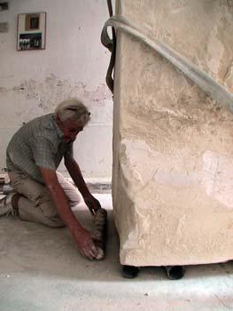 Le Sculpteur Pétrus positionne les rouleaux en acier