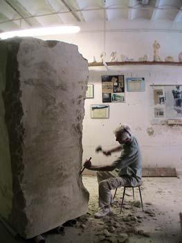 Le sculpteur enlève les angles du bloc