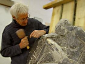 Le Sculpteur Pétrus taille le bas-relief