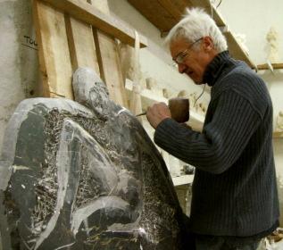 Travail sur le contour des bras du marbre