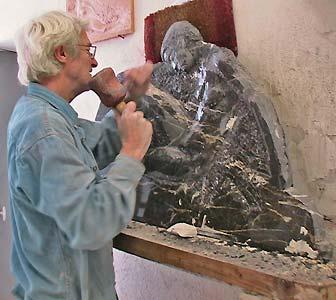 L'artiste sculpte les détails du visage du bas-relief