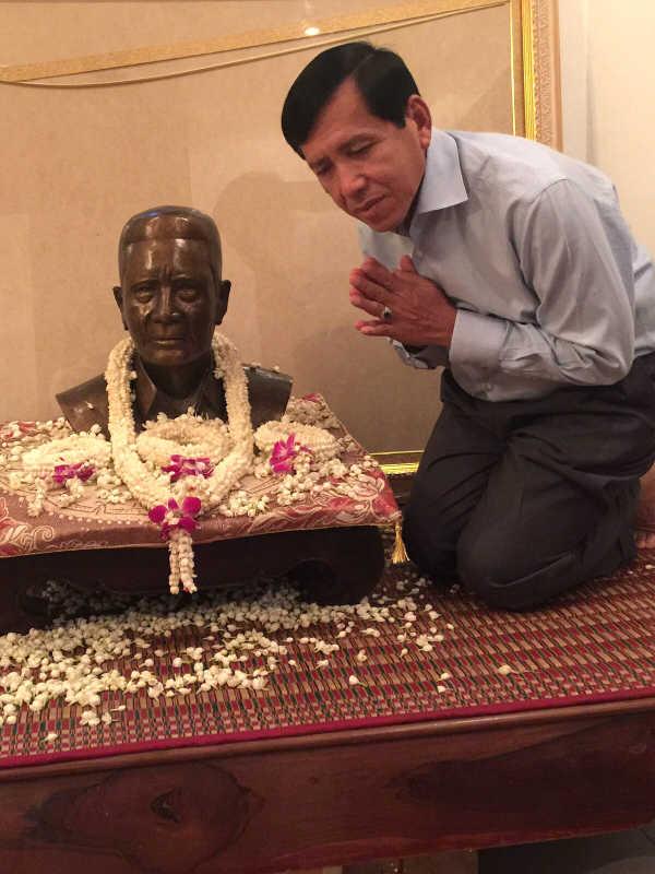 M. Sokha Prum avec le buste