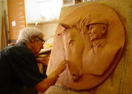 L'artiste modèle les derniers détails de l'oeuvre