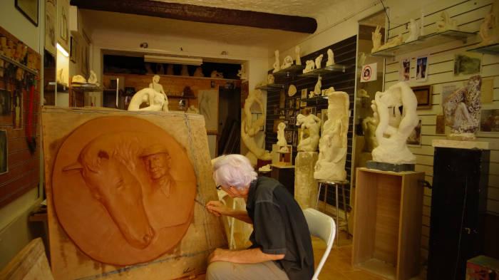 La sculpture terminée dans l'atelier du sculpteur