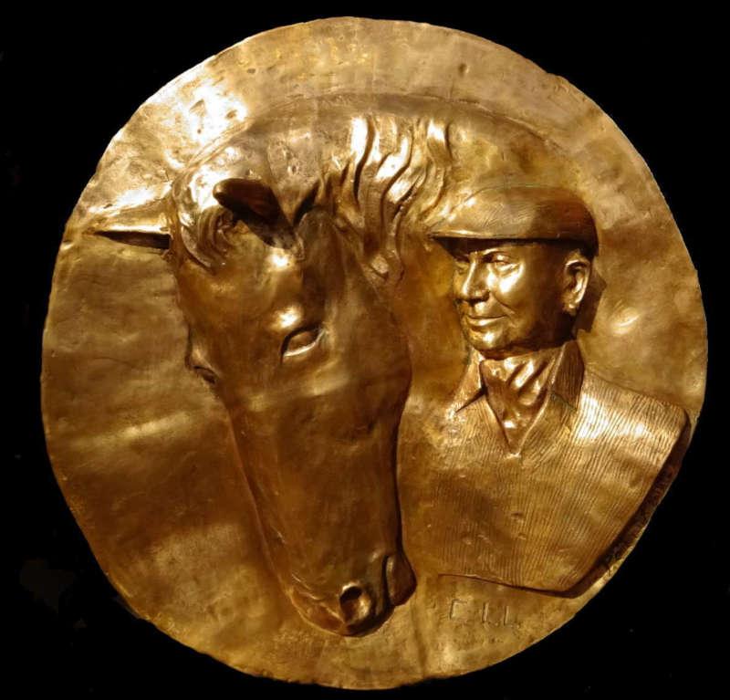 Une sculpture en bronze : un bas-relief représentant un cheval