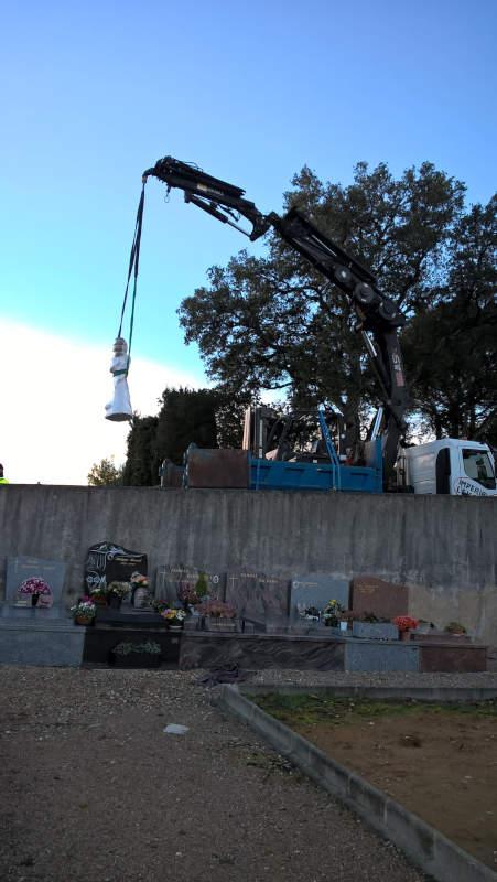 Installation de la statue à la Roquette sur Siagne