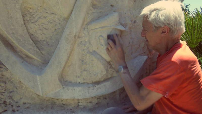 Une étape de la restauration : le ponçage de la stèle