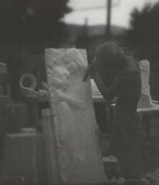 Dans l'atelier de Vallauris : création d'une stèle en taille directe
