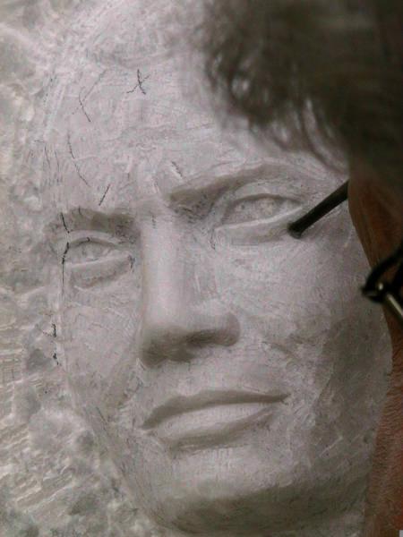 L'artiste sculpte l'oeil du visage