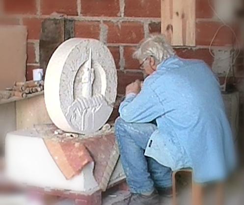 Le blason est sculpté directement dans le bloc de pierre