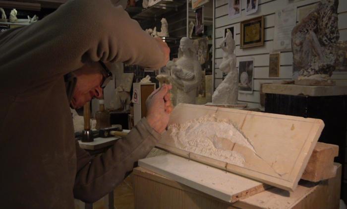 Le corps apparaît dans le marbre
