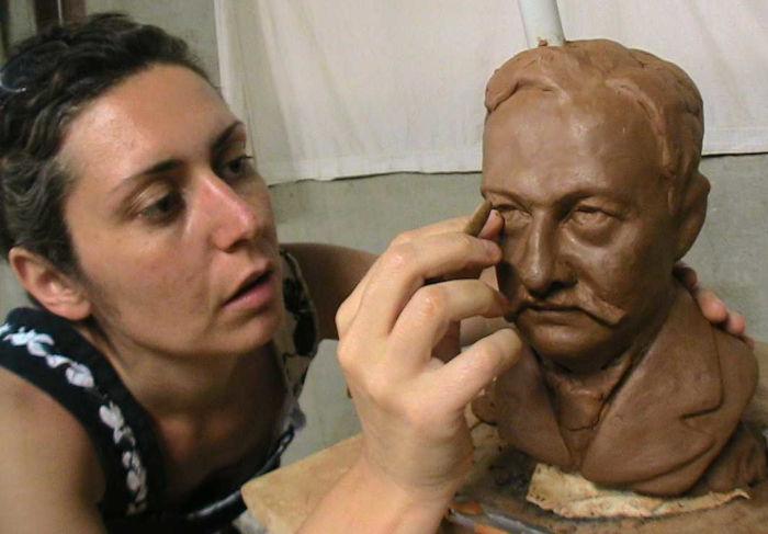 Modelage d'un buste durant un stage de sculpture pro