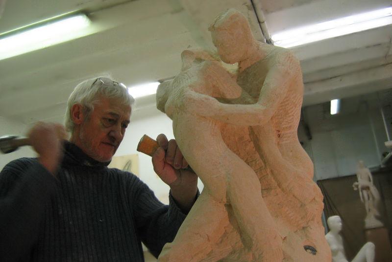 Une photo de la création de la sculpture