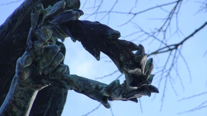 La couronne en bronze (détail du monument)