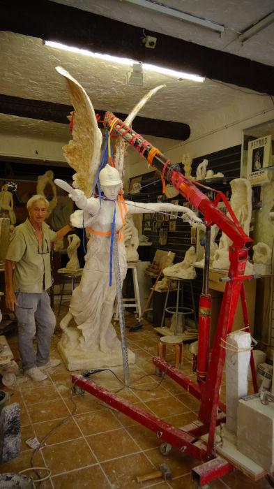 la statue monumentale dans l'atelier