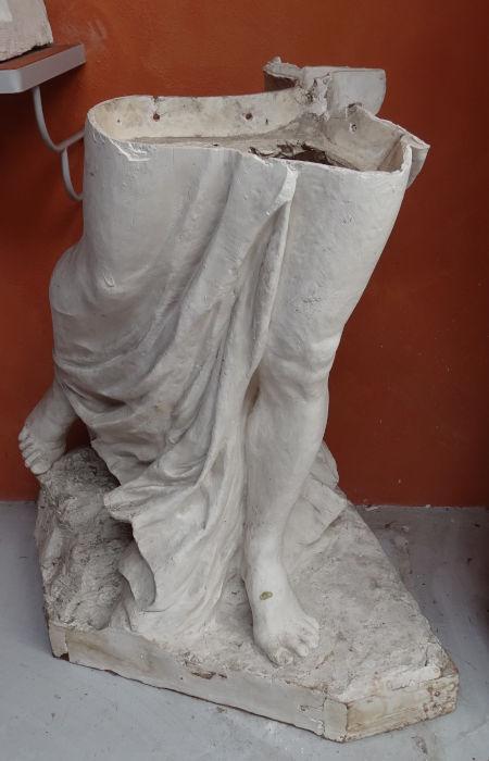 La statue en plâtre avant la restauration