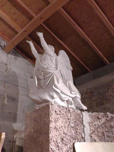 une statue dans la chapelle