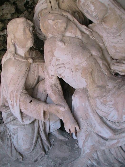 Une des statues à restaurer
